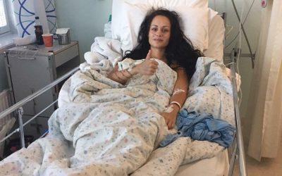 Benedicte lever i et smertehelvete – må ut med over en halv million kroner for operasjon i Barcelona hvor de skal skru fast alle syv nakkevirvlene og hodet